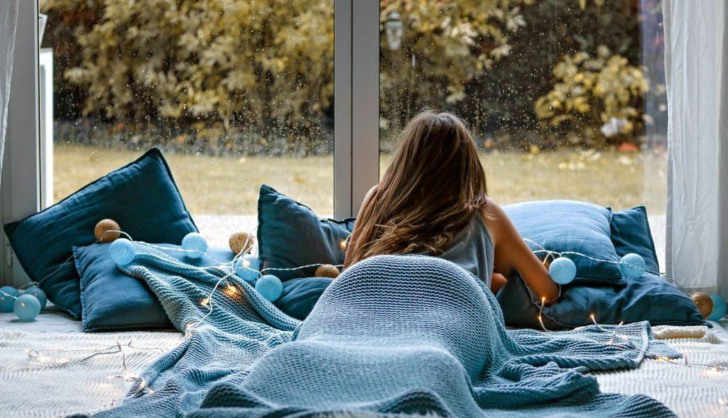 κατάθλιψη είδη γυναίκα με κατάθλιψη κοιτάει το παράθυρο