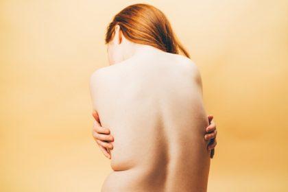 κατακράτηση υγρών βότανα γυναικεία πλάτη