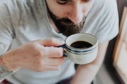 αυτοάνοσα νοσήματα καφές άνδρας πίνει καφέ
