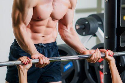μυς διατροφή άνδρας με μύες κάνει βάρη με γυναίκα