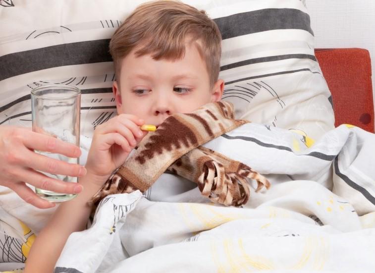 παιδί με πονόλαιμο πάσχει από διφθερίτιδα