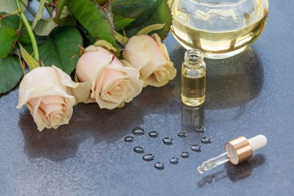 ρυτίδες στο πρόσωπο φυσική αντιμετώπιση αιθέριο έλαιο τριαντάφυλλο