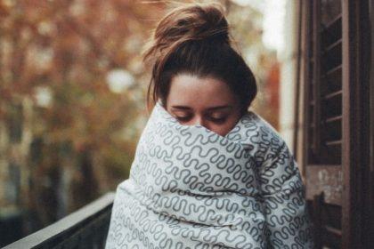 κοπέλα με υποθερμία από ψυχοσωματικά συμπτώματα