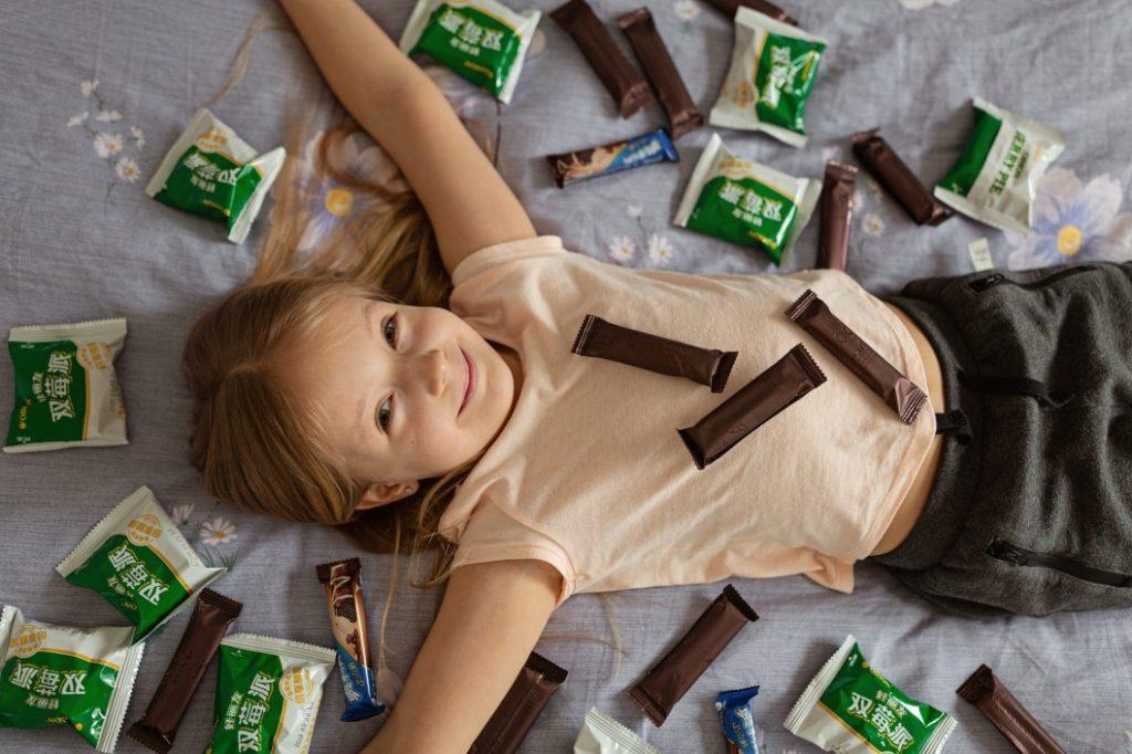 Κοριτσάκι κάνει κακή διατροφή - Υψηλή χοληστερίνη