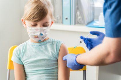 Μικρό κορίτσι εμβολιάζεται