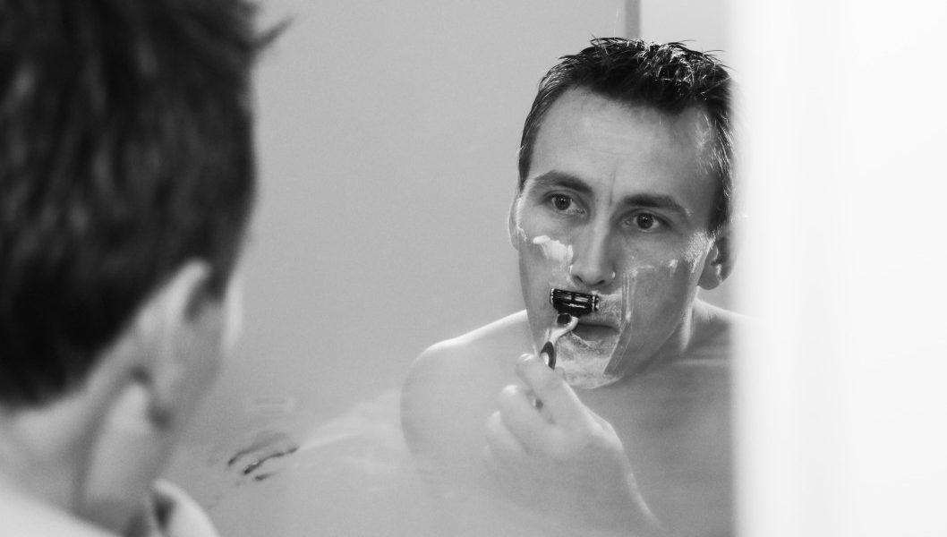 Θυλακίτιδα: Άνδρας ξυρίζεται