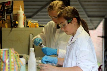 ιικό φορτίο αστικά λύματα ερευνητές σε εργαστήριο