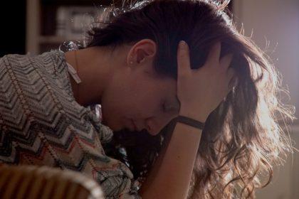 ανεξήγητο άγχος λόγοι γυναίκα με άγχος πιάνει το κεφάλι της
