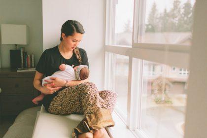 κάπνισμα και θηλασμός γυναίκα θηλάζει το παιδί της