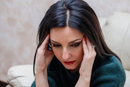 πονοκέφαλος από άγχος γυναίκα με ημικρανία