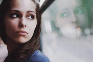 γιατί δεν νιώθω χαρά κοπέλα με κατάθλιψη
