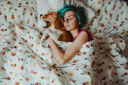 βότανα για ύπνο κοπέλα κοιμάται με τον σκύλο της