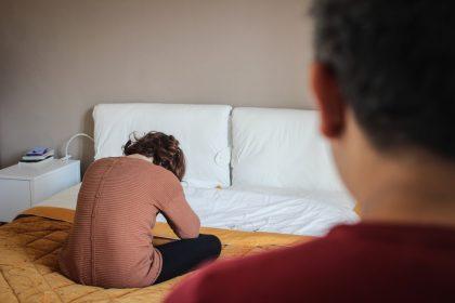 τοξική σχέση σημάδια γυναίκα κλαίει στο κρεββάτι της μετά από τσακωμό με τον άντρα της
