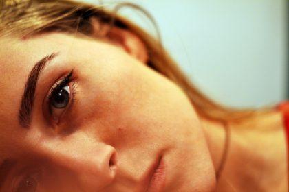 ευαισθησία στην απόρριψη γυναίκα με θλίψη στο πρόσωπό της