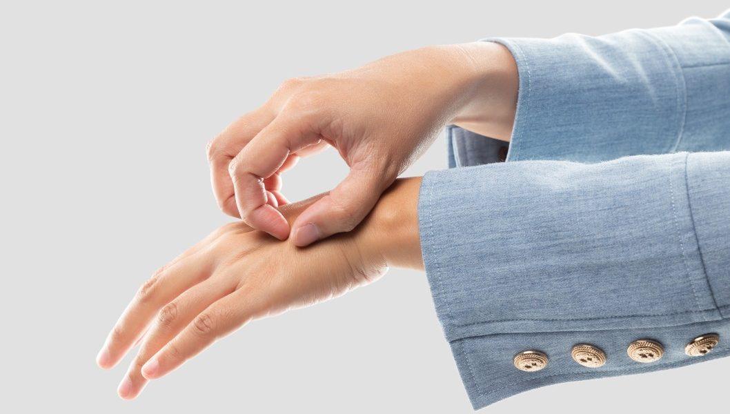 Μικρά σπυράκια στα χέρια με φαγούρα