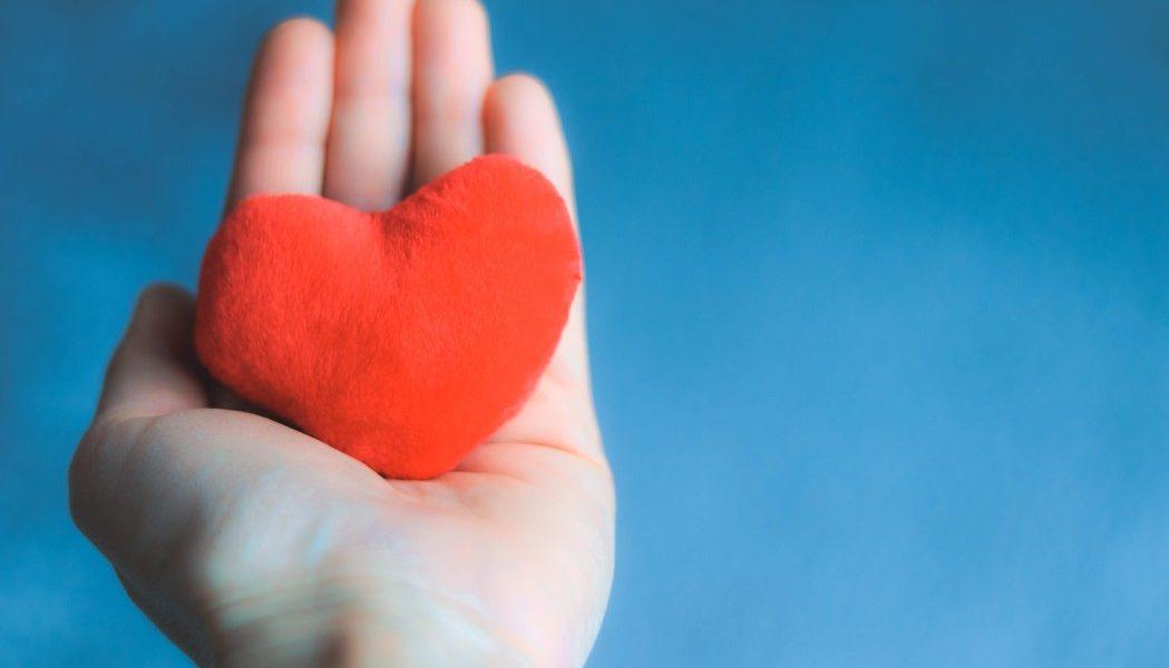 αρρυθμία φυσική αντιμετώπιση γυναίκα κρατά στο χέρι της κόκκινη καρδιά