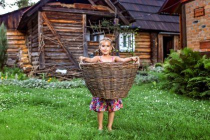 παιδιά κατασκηνώσεις κοριτσάκι κρατά καλάθι στην εξοχή