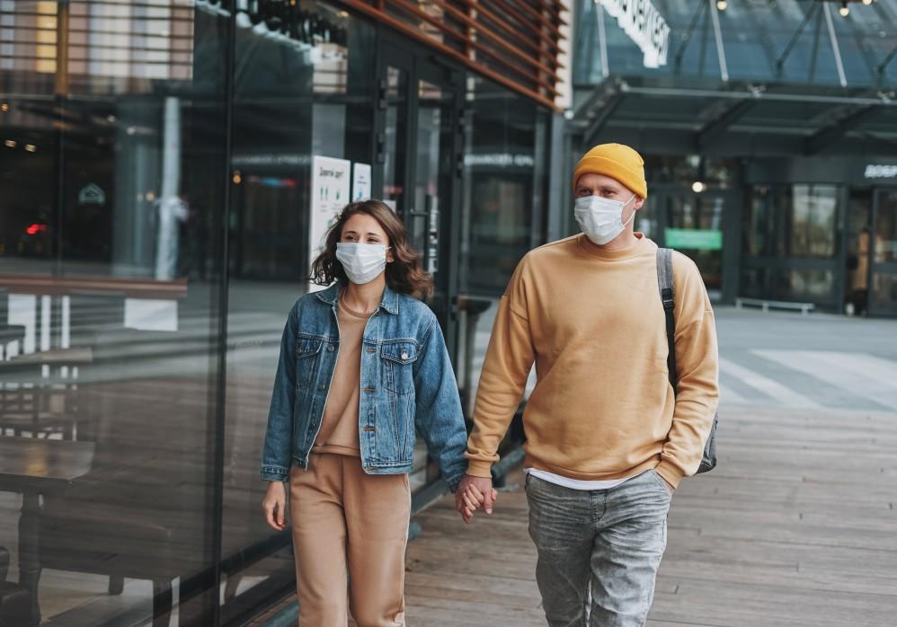 Ζευγάρι περπατά φορώντας μάσκα