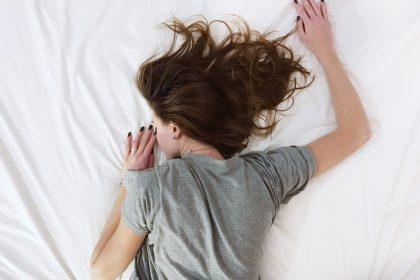 Πόνος στα πόδια από ίωση Αρρωστη γυναίκα