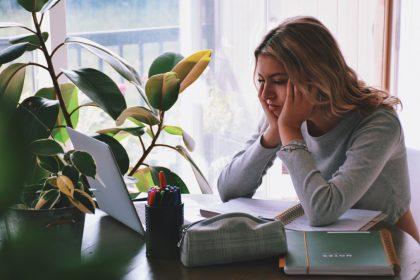 κατάθλιψη μοναξιά γυναίκα είναι μόνη της και ατενίζει