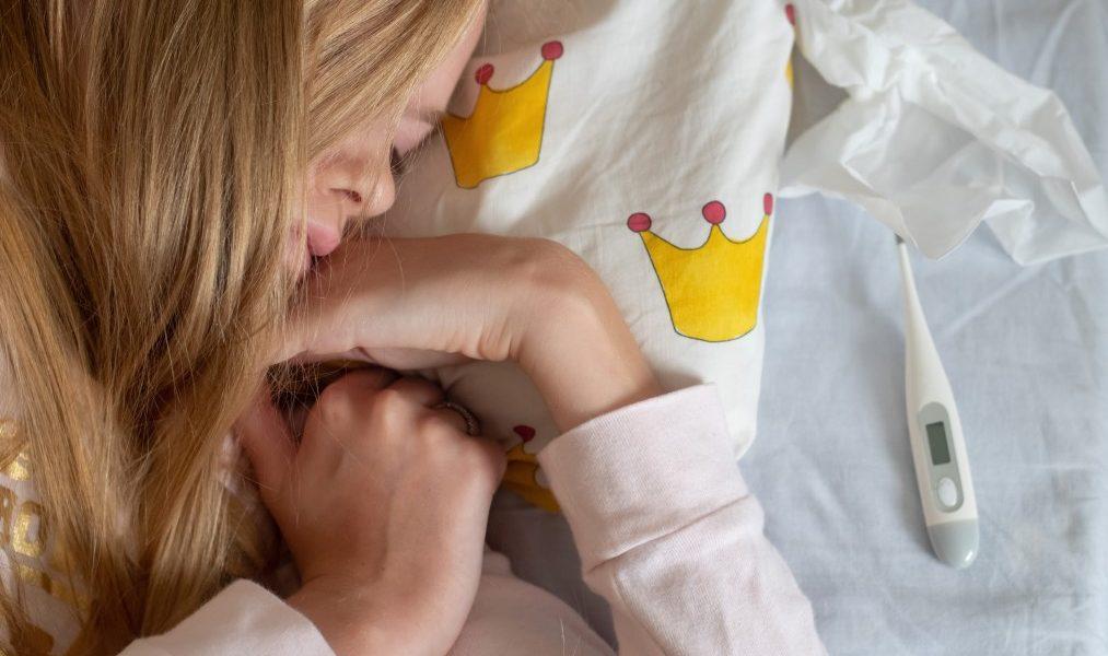 θερμοκρασία σώματος κοπέλα ξαπλωμένη στο κρεββάτι με πυρετό και θερμόμετρο