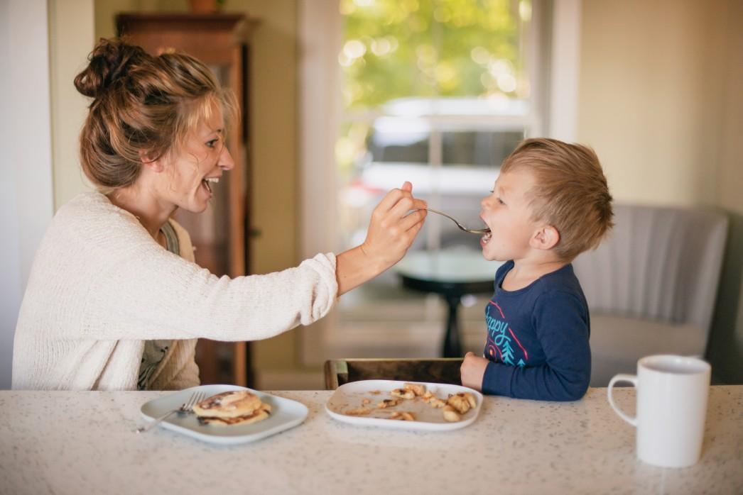 Μητέρα ταΐζει το παιδί της