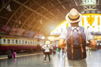 τουρίστες ΗΠΑ τουρίστας με τσάντα μπαίνει στο τρένο