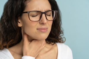 γυναίκα με εποχικές αλλεργίες δόντια και πόσος στον λαιμό
