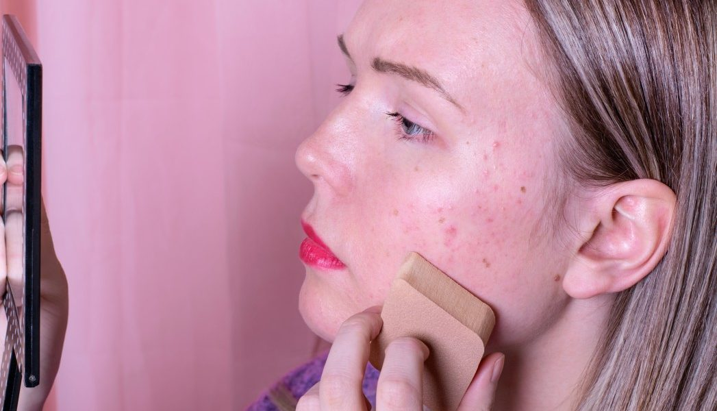 Γυναίκα με λιπαρό δέρμα βάζει μεικ απ