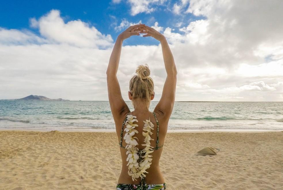 γυναίκα στην παραλία μετά από θεραπεία σε σώμα και πρόσωπο για το καλοκαίρι