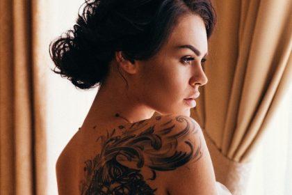 κοπέλα με τατουάζ κίνδυνοι προφύλαξη παρενέργειες