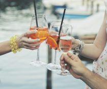 αλκοόλ αποστάσεις άνθρωποι τσουγκρίζουν