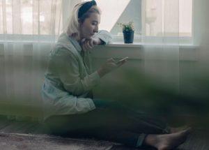 γυναίκα μόνη με σύνδρομο σπηλαίου λόγω απομόνωσης