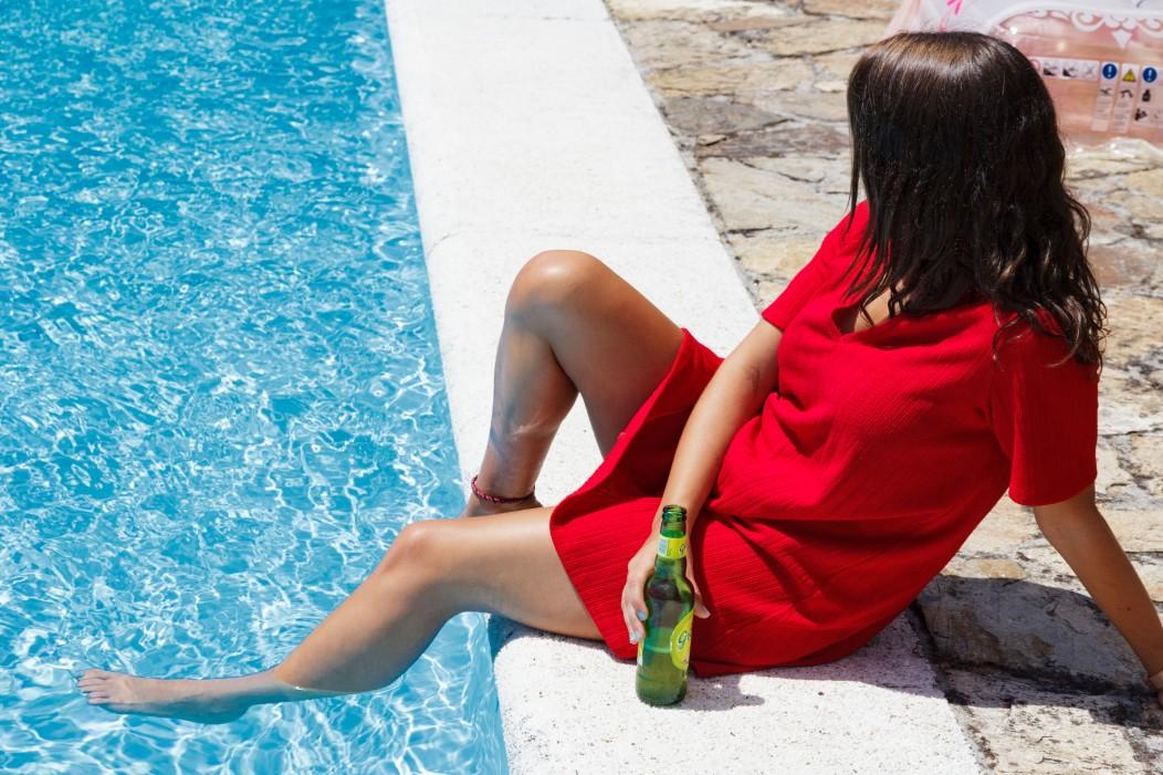 Γυναίκα στην πισίνα