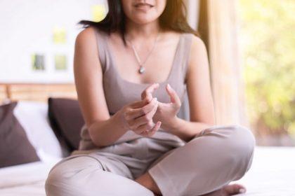 οστεοαρθρίτιδα σε γυναίκα που καράτει τα δάχτυλα της από πόνο