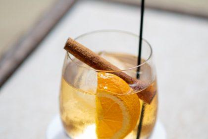 βότανα και μπαχαρικά που ρίχνουν την πίεση ποτήρι με ποτό κανέλας και πορτοκάλι