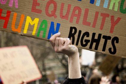 «Όλοι γεννιούνται ελεύθεροι και ίσοι στην αξιοπρέπεια και τα δικαιώματα»
