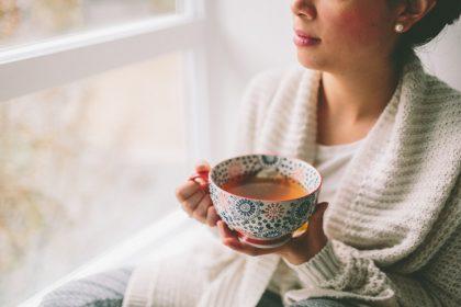 τσάι διαβήτη γυναίκα πίνει τσάι στο παράθυρο