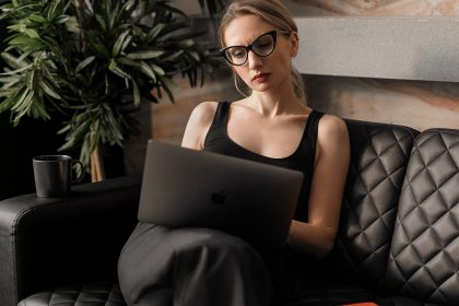 αισθητική γυναικολογία μεσήλικη γυναίκα δουλεύει στον υπολογιστή