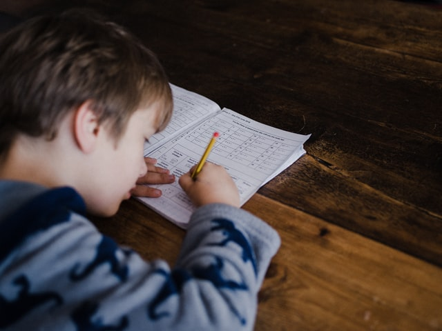 Παιδί λύνει ασκήσεις μαθηματικών