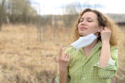 γυναίκα βγάζει την μασκα έχει ανοσία μετα απο νόσο Covid και εμβολιασμό
