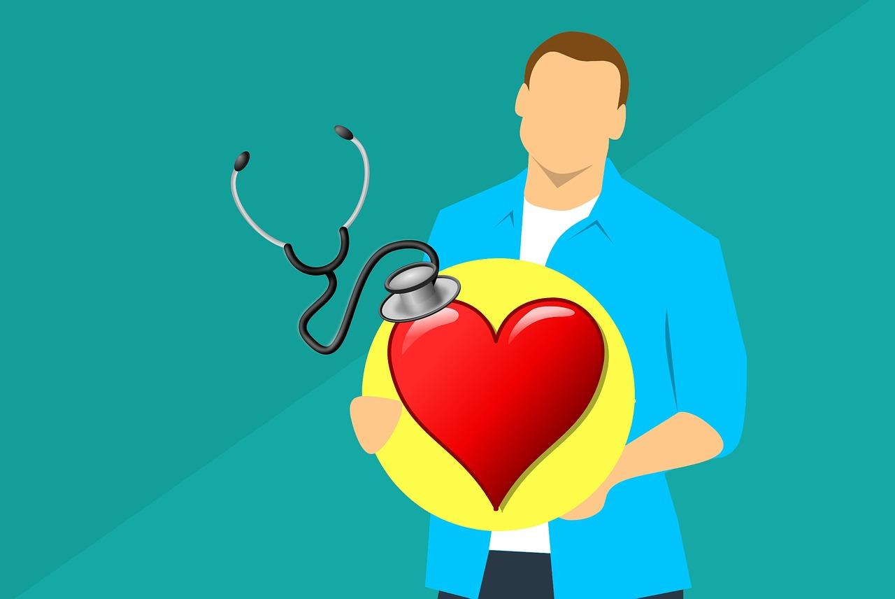 καρδιολόγος κρατάει καρδια και ελέγχει την υπέρταση με στηθοσκόπιο