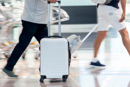 τουρίστες με βαλίτσες και αποδεικτικά εισόδου με όλα τα εμβόλια