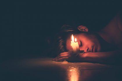 αλεξιθυμία σχέσεις άνδρας στο πάτωμα δίπλα σε ένα αναμένο κερί