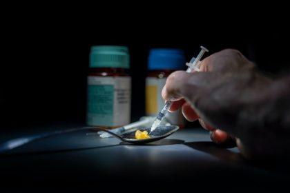 εθισμός ναρκωτικά ουσίες άνδρας κάνει χρήση ναρκωτικών