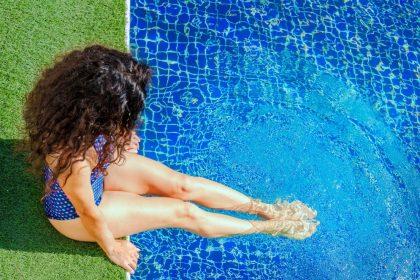 ανεπάρκεια βιταμίνης D γυναίκα κάνει μπάνιο σε πισίνα