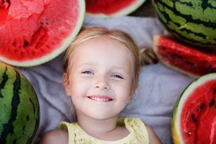 καλοκαιρινά φρούτα και παιδιά