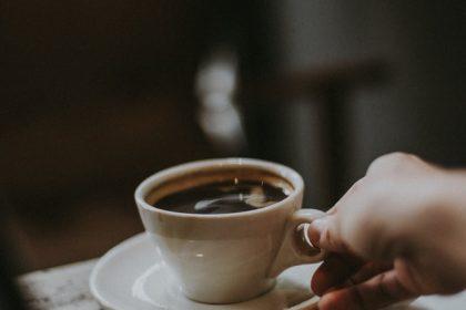 γλαύκωμα καφές καφείνη ποτήρι με ζεστό καφέ
