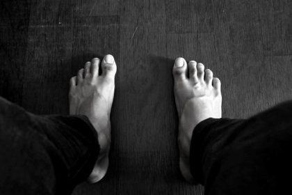 μούδιασμα στο πόδι πόδια ανδρικά γυμνά