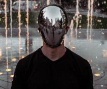 μούδιασμα στο κεφάλι άνδρας με μάσκα